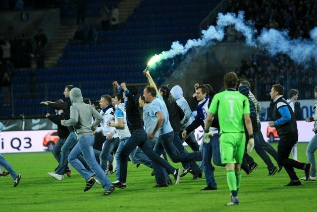 "Фанаты ""Зенита"" прорвались на поле и сломали ворота: Фото"