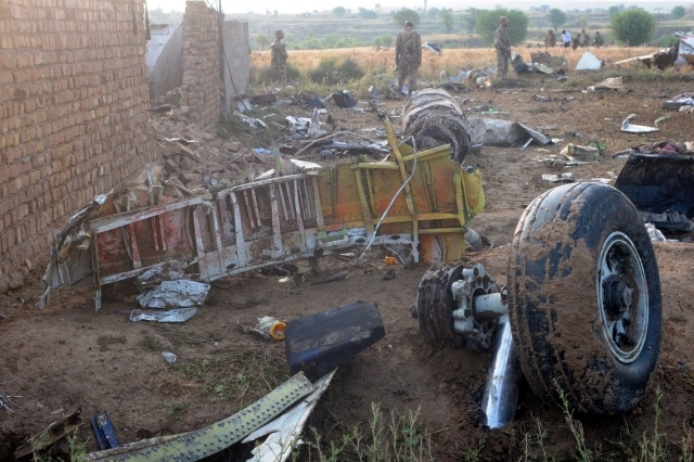 Пассажирский Boeing 737 разбился в Пакистане: Фото