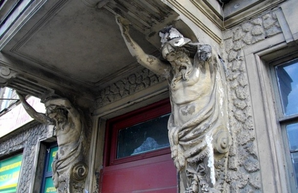 В Петербурге фасады с каждым годом ремонтируются дороже и хуже