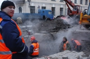 Фонтан кипятка на улице Комиссара Смирнова уничтожил автомобиль и чуть не разрушил школу
