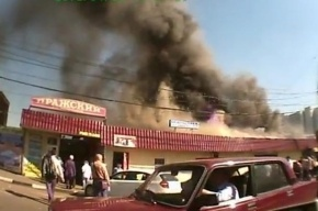В Москве горит рынок: палатки рушатся, огонь подступает к другим зданиям (видео)