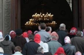 Верующие падают в обморок у Храма Христа Спасителя