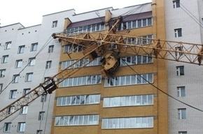 Спасатели не смогли убрать строительный кран, упавший на дом