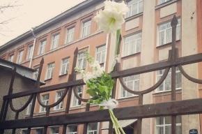 В поддержку учительницы Ивановой, отказавшейся фальсифицировать выборы, к зданию школы несут цветы