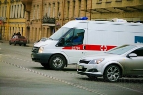 Грузовик врезался в людей на трамвайной остановке в Петербурге, один человек погиб