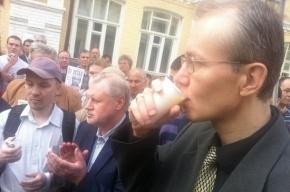 Голодающие в Астрахани смягчились и начали пить сок