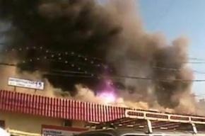 Пражский рынок в Москве охватил огонь фиолетового цвета