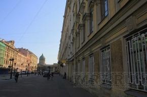 С каждого второго здания в центре Петербурга может упасть лепнина