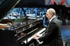 В петербургском театре «Русская антреприза» Путин пытался играть на расстроенном пианино