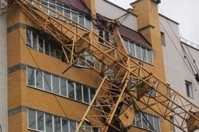 Строительный кран рухнул на жилой дом