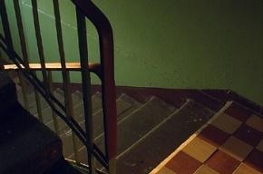 В Ленобласти двухлетний мальчик упал в лестничный пролет из-за слишком «редких» перил