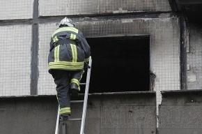 Строителей пытаются спасти с крыши горящей высотки в Москве
