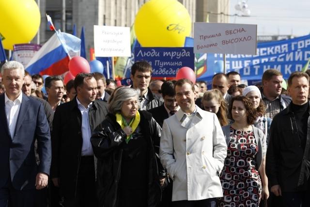 Медведев и Путин на первомайском шествии: Фото