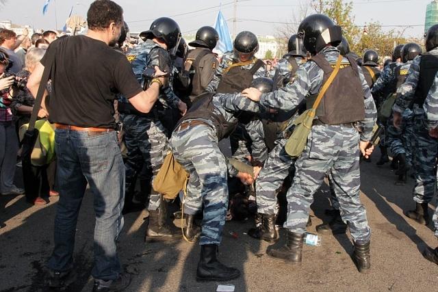 ОМОН распыляет газ на митингующих : Фото