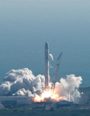 Ракета-носитель Falcon 9 с космическим кораблем Dragon: Фото