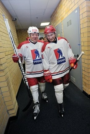 Путин играет в хоккей: Фото