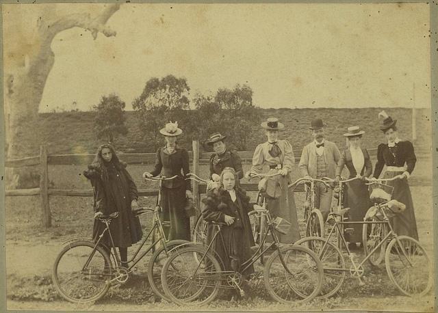 разные велосипеды и велопарковки: Фото