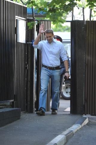 Алексей Навальный и Сергей Удальцов вышли из спецприемника: Фото