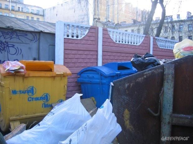 Сломанные контейнеры для раздельного сбора мусора: Фото