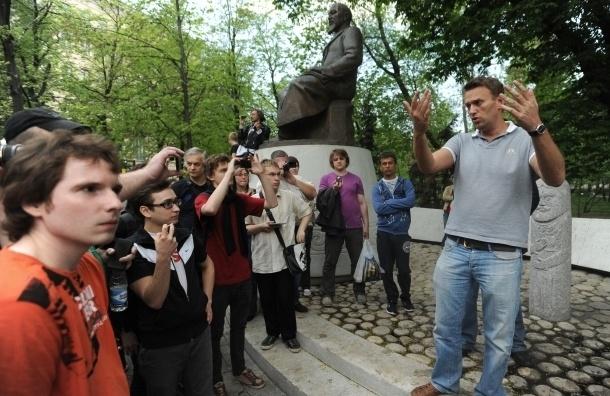 Оппозиционеры поют и пляшут на Чистопрудном бульваре