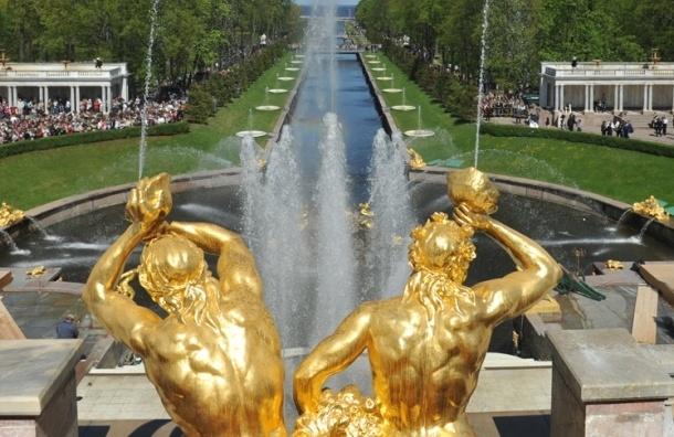 В Петергофе открыли сезон фонтанов ярким шоу (Кадры)