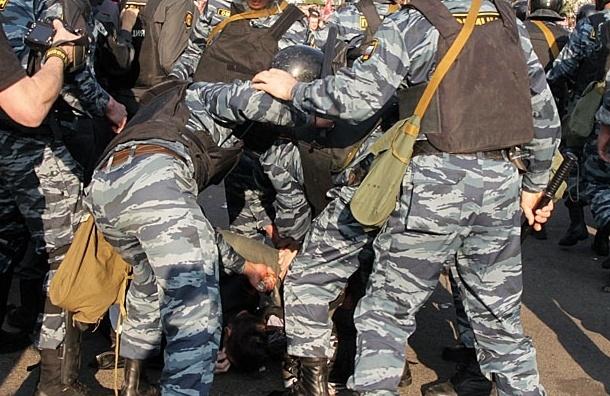 ОМОНовцы распыляли газ прямо в глаза избитых людей