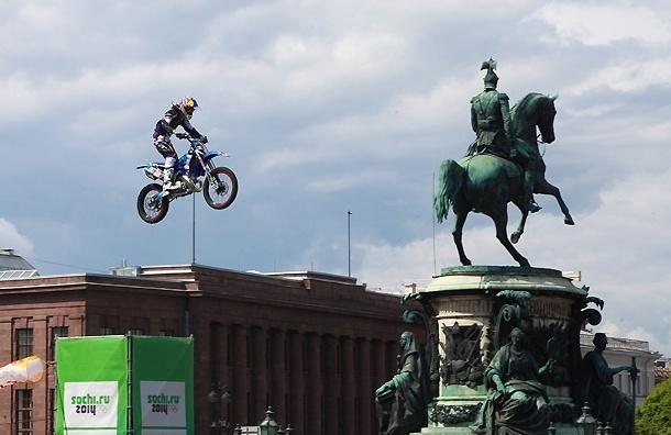 На Исаакиевской устроили прыжки на мотоциклах и снегоходах с трамплина