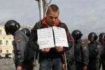 Милонов заявил, что оппозиционеры тайком ели его гамбургеры