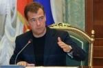 Медведев: Власть должна приспосабливаться, а не отрубать протестующим твиттер