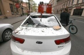 Фоторепортаж: На Петроградке большой кусок штукатурки упал на иномарку