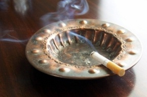На работе, а также в барах могут запретить курить уже в 2013 году