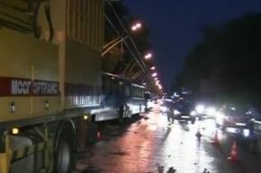 В Москве ураган срывал крыши, валил деревья и рекламные щиты