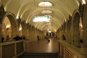 В Москве мужчина прыгнул под поезд метро