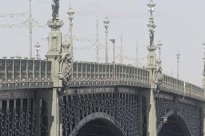На Троицком мосту нарисовали портрет Гитлера