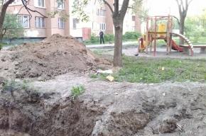На улице Стойкости строители разворотили детскую площадку