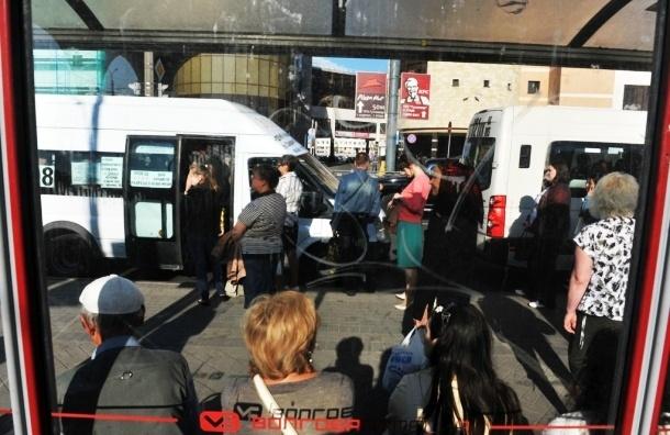 В Петербурге маршрутки и социальные автобусы воюют за остановки