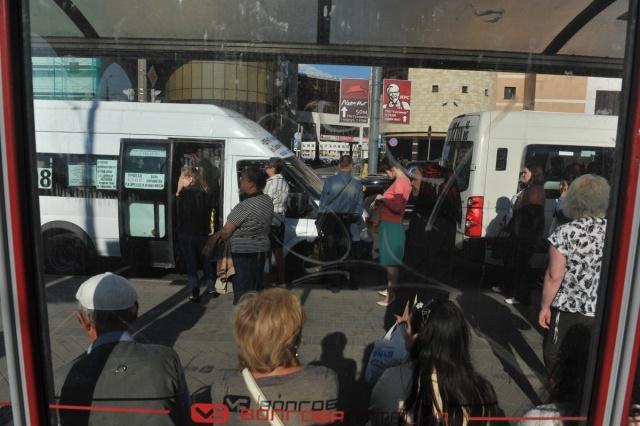 Маршрутки и социальные автобусы воюют за остановки: Фото