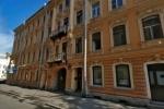 В переулке Гривцова женщину ранило упавшей лепниной