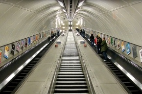 На станции метро «Старая Деревня» пассажир умер на эскалаторе