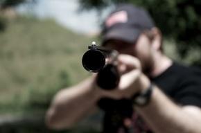 Полицейский с приятелем развлекались стрельбой по бутылочкам в Сестрорецке