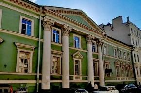 Чиновники и простые жители вместе пытаются спасти исторический дом в центре Петербурга от англичанина