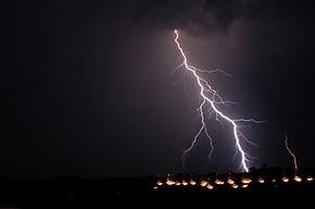 Спасатели предупреждают: остерегайтесь молнии!