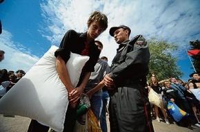 По новому закону о митингах запрещают собираться втроем и биться на подушках