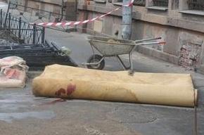 Строители начали ремонтировать дом, лепнина с которого убила рабочего