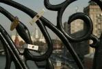 Фоторепортаж: «Замки счастья на мостах, молодожены»
