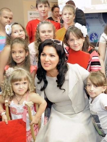 Анна Нетребко посетила детский ортопедический институт имени Турнера : Фото