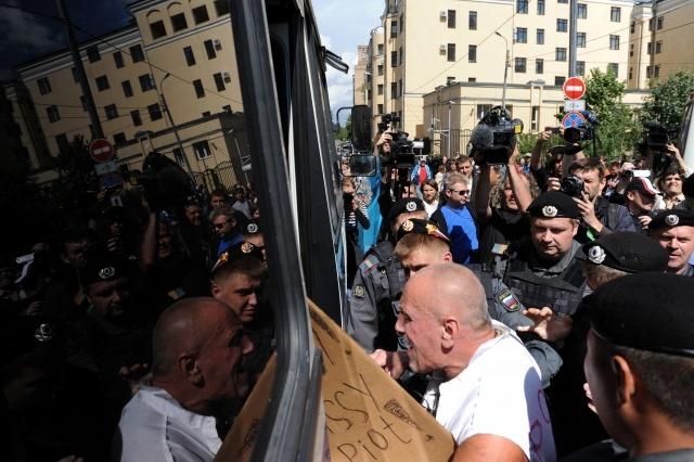 Акции сторонников и противников Pussy Riot у суда: Фото