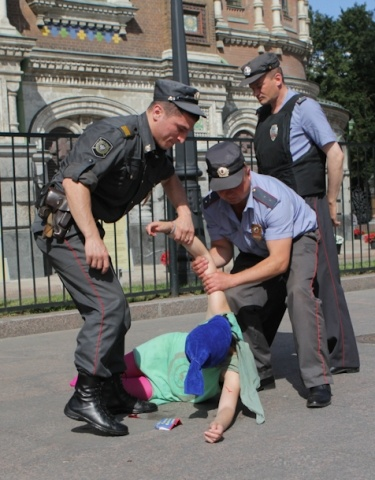 акция с распятой девушкой у Спаса-на-Крови: Фото