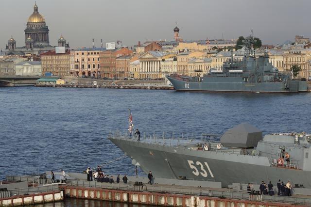 Корабли - участники военно-морского парада, посвященного Дню ВМФ, вошли в Неву. : Фото