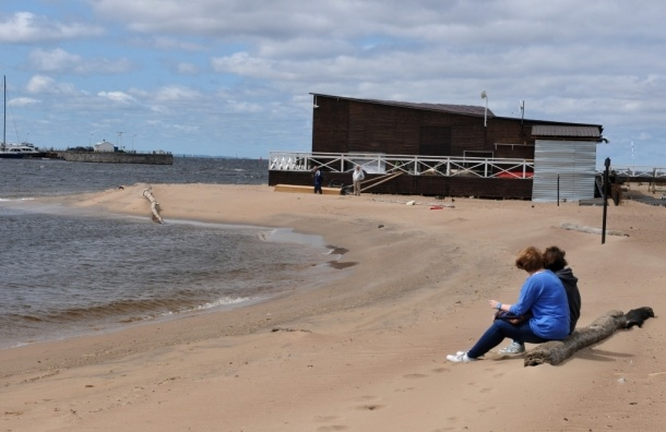 В Петербурге  бизнесмены перекрыли пляж и не пускают людей к воде